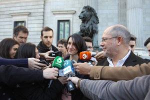 Carola Perez (OECM) e On. Francisco Igea - conferenza stampa di fronte al parlamento - Credits OECM