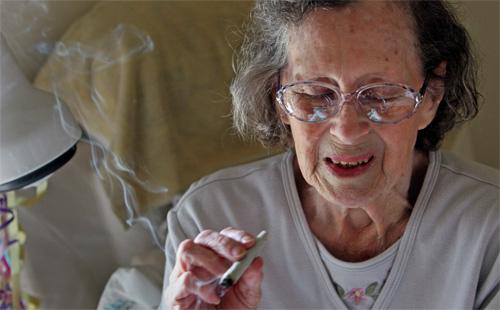 Anziani - Una signora fuma il suo spinello giornaliero