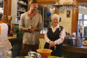Anziani - Lei è Nonna Marijuana durante lo show