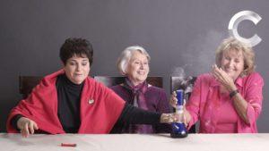 Anziani - L'immagine del video virale delle tre signore che fumano un bong per la prima volta