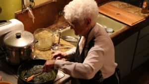 Anziani - Nonna Marijuana prepara i brownies