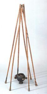 Sciti e Canapa - Tripode sopra a un incensiere di rame, uno strumento per l'inalazione dei fumi di canapa.